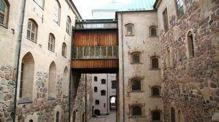 Keskiajan heinäkuu. Turun linnan linnapiha