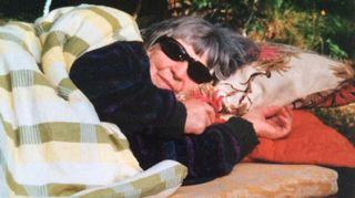 Äitini Toini lepäilee viimeisenä kesänään v.2000 mökillämme Saarikylissä. Sirkku Peltola.