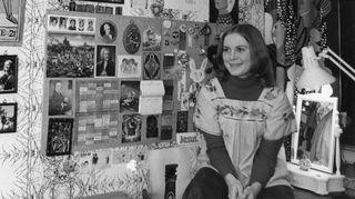 Merja Ikkelä huoneessaan Lauttasaaressa vuonna -74.