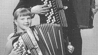 Olen tässä 9-vuotiaana opettajani Lasse Pihlajamaan kanssa vuonna 1964.