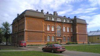 Joensuun lyseon koulurakennus.