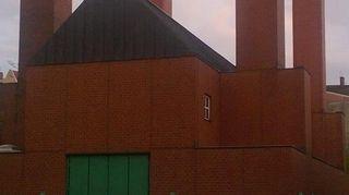 Punaruskea tehdasrakennus ja sen neljä piippua.