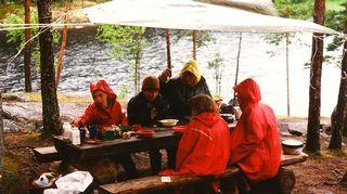 Liisa Susiluodon perhe saariretkellä vuonna 1996