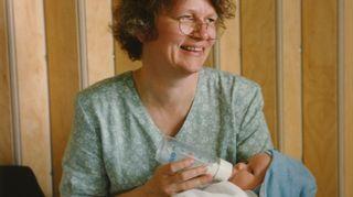 Liisa Susiluoto ensimmäinen lapsenlapsi sylissään vuonna 1995