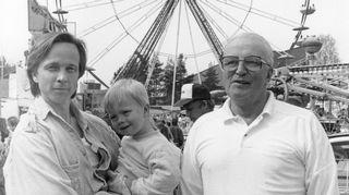 Tapio Sariola isänsä Matti Sariolan ja poikansa Ville Sariolan kanssa tivolissa