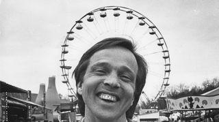 Hymyilevä Tapio Sariola vuonna 1988