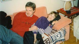Juha Hänninen poikansa kanssa vanhempiensa sohvalla telkkaria katsomassa 1990-luvun alussa