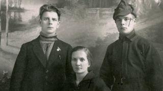Klara, Elias ja Lauri valokuvaamossa Leningradissa vuonna 1925.