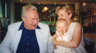 Sirpa Kähkönen sylissään muutaman kuukauden ikäinen Aino-tytär, vieressä tyttären isoeno Kim Borg.