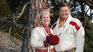 Tiina Sanila-Aikio ja Leo Aikio valkoissa saamelaispuvuissa