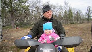 Leo Aikio tyttärensä kanssa mönkijällä