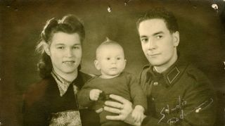 Atik Ismailin isä ja äiti kuolleen esikoispojan kanssa.