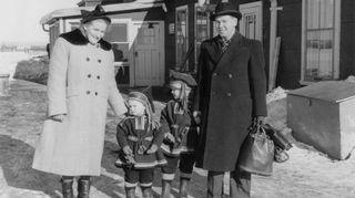Kirurgi-isäni päätti kokeilla siipiensä kantavuutta maailmalla. Hän lähti Kanadaan Port Arthuriin, nykyiseen Thunderbayhin, ja otti perheensä mukaan. Meillä on Lapin puvut matkavaatteina, koska vanhempani halusivat tuoda esiin sen, että olemme suomalaisia emmekä brittejä. Äitini oli kemisti, mutta Kanadassa hän oli kotona. Isäni hoiti lääkärinä kaikenlaisia ihmisiä: suomalaisia, ruotsalaisia ja intiaaneja. Kun potilas ei pystynyt maksamaan rahalla, tämä kertoi missä pitää käydä kalalla. Kävimme mitä moninaisimmissa paikoissa intiaanien ja metsässä asuvien suomalaisten ja ruotsalaisten opastamina.