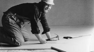 """Olin tiedetoimittajana Suomen Kuvalehdessä, kun mainostoimiston johtaja Seppo Ilakari soitti minulle ja kysyi: """"Tuletko meille töihin?"""" Olin yllättänyt. Tapasimme kuitenkin lounaalla, ja kun tulin kuudelta kotiin, sanoin vaimolle: """"Nyt olen mainostoimistossa töissä."""" Olin vuodet 1980–85 copywriterina ja projektin johtajana mainostoimistossa. Tiedetoimittamisessa ja mainostamisessa on jotain samaa. Mainostoimistot tarvitsevat samanlaista apua kuin arjessa elävät ihmiset. Tuotetta kehittäneet ihmiset ovat omassa lokerossaan, he ovat tehneet työtä tuotteen eteen vuosikausia, ymmärtävät sen pienintä yksityiskohtaa myöten, miten se toimii. Mutta kun he ovat siinä omassa maailmassaan, he eivät näe kuinka asiakas hyötyisi tuotteesta. Me teimme tuotantohyödykemainontaa, mikä tarkoittaa että asiakkaat hankkivat elantonsa mainostamillamme tuotteilla, esimerkiksi teollisuuden koneilla, ja ostopäätöksen tekemiseksi tarvittiin olennaisia tietoja. Tässä mainostetaan lastulevyjä. Minä pääsin lastulevymainokseen, koska työtovereiden mielestä olin niin kirvesmiehen näköinen. Mainos laitettiin sitten Äpyynkin, teekkareiden vappulehteen, heidän mielestään rietas ilme sopi Äpyyn."""