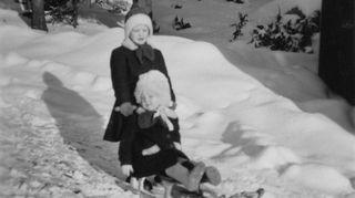 Pirkko Nuolijärvi lapsina siskonsa kanssa talvisella pihalla