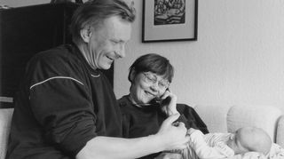 Matti ja Pirkko Nuolijärvi katsovat pientä vauvaansa