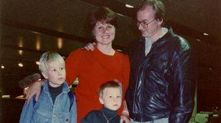 Päivi Kärkkäinen miehensä. kahden lapsensa ja matkalaukun kanssa