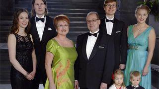 Päivi Kärkkäinen miehensä, poikiensa, heidän vaimojensa ja toisen pojan kahden pienen lapsen kanssa juhlapuvuissa
