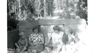 Pakilassa kesäiltana matkalla uimaan Vantaanjoelle