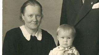 Kuvassa on mummoni, minä ja enoni joskus 50-luvun taitteessa kun olin alle kaksivuotias