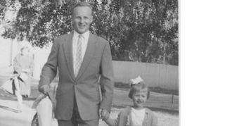 Kuvassa olen neljävuotias ja olemme menossa kylään. Isäni oli ylimestarina Schaumanin tehtailla Jyväskylässä ja teki siellä koko elämänuransa pikkupojasta lähtien. Koti oli kannustava monella lailla, mutta meitä opetettiin myös kuriin. Tyypillinen isän kylvämä sanonta oli: 'Ei voi koskaan sanoa, ettei osaa, jos ei ole edes yrittänyt'.