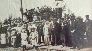 Kuva on vuodelta 1911 Juhannusjuhlista Ulvilan Ravanin kylästä.