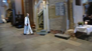 Tämä kuva on piispan vihkimisestä Turun tuomiokirkosta ja siinä kävelen juuri saarnatuoliin.