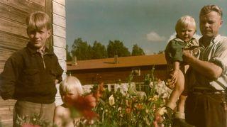 Marjatta Tapiola on kuvassa isänsä Olli Tapiolan sylissä kesällä 1953 tai 1954.