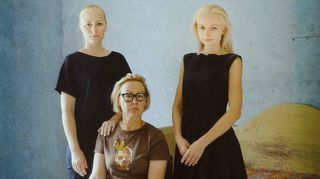 Marjatta Tapiola sai lyhyeksi jääneestä avioliitostaan kaksi tytärtä. Aina Bergroth (s. 1975) on kirjailija ja Zaida Bergroth (s. 1977) elokuvaohjaaja. Tämä Markus Henttosen ottama valokuva on taiteilijalle tärkeä.