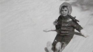 Haukiputaan Virpinemessä 1972. Mäenlasku oli mieluista puuhaa.