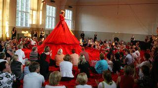 Reddress – Punainen leninki. Marjukka Riihimäki johtaa edelleen useita kuoroja. On kuvaavaa että viime joulun alla hän johti kymmenen konserttia. Hän ei kuitenkaan aina tyydy ihan tavallisimpiin esityksiin: Grex Musicus -kuoron kanssa hän esiintyi jättimäisessä punaisessa leningissä niin että kuoro ja yleisö istuivat mekon taskuissa.