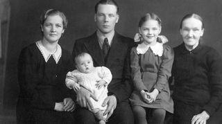 Lapsuuden perhe. Marjukka Riihimäen lapsuuden perheeseen kuului vanhempien lisäksi isosisko. Tässä vaiheessa kun Marjukka oli vauva, perhe asui vielä Heinolassa. Isän ammatinvaihdoksen takia edessä oli kuitenkin muutto pääkaupunkiseudulle.