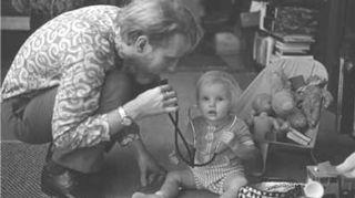 Taisi olla sikäli harvinainen kuva, että vauhti oli 60-luvun lopulla olla niin kova, että tavattomasti ei lasten kanssa leikitty.