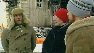 Rauhanaseman siirrossa ja kunnostamisessa olin kaksi vuotta päätoimisesti rakennusapumies. Nyt on tullut oltua 50 vuotta rauhanliikkeessä ja se jatkuu edelleen. Se on elämänikäinen projekti.   Kun asema paloi vuonna 1985 se oli kova isku, mutta ei lannistanut. 15 000 tuntia työtä tehtiin kun 1000 talkoolaista rakensivat sen uudelleen. Kuvassa myös arkkitehti Merja Härö ja toimittaja Pertti Lampinen.