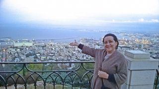Tässä kuvassa taustallani avautuu Välimeren rannalla oleva Haifa Israelissa ja siihen liittyy tähänastisen elämäni tärkein muutos. Olen saanut tuolla miettiä, mistä ja kuka minä oikein olen. Noin 10 vuotta sitten isäni kuoltua sain tutustua israelilaiseen velipuoleeni. Nyt minulla on perhettä Tel Avivissa ja Haifassa. Tämä vaihe ja uusi perheeni Israelissa on minulle herkkä mutta ihana asia! Nyt minulla on juuret ja tuntuu, että olen tullut kotiin.