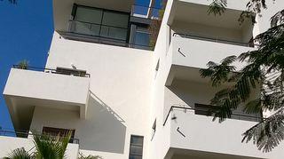 Talo edustaa Israelin Tel Avivin kuuluisaa Bauhaus-arkkitehtuuria.  Italia-ihastukseni vuoksi päädyin kaupunkiin vasta 2000-luvun alussa mutta siitä saakka olen ollut siellä kerran vuodessa luennoimassa sisustusarkkitehtiopiskelijoille. Ensimmäinen matka Tel Aviviin oli huikea! Pitkään kiinnostaneet Bauhaus-korttelit olivat unelman täyttymys mutta matka oli muutenkin mieleenpainuva – isäni juuret ovat Israelista ja itseni näköisiä, sikäläisiä Kaisoja tuli vastaan joka puolella.