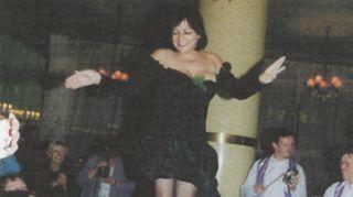 Tanssi on ollut aina osa elämääni. Tyttönä harrastin balettia ja aikuisiällä sambaa. Vietin 50-vuotispäiviäni laajassa ystäväpiirissä Kosmos-ravintolassa, jossa minut nostettiin sambaorkesterin tahdittamana pöydälle tanssimaan. Juhlat olivat aivan ihanat!  Minua ympäröi huikea, ystävien luoma hehkuva lämpö ja tunne, että saa ihan estoitta olla oma itsensä.