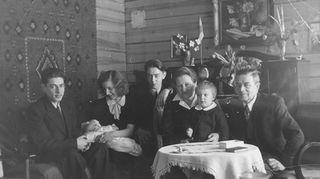 Kuvassa on menossa omat ristiäiseni mummolassa Riistavedellä, josta se siirrettin 22 vuotta sitten tänne Veikkolaan. Siinä näkyvät samat hirret ja ryijy, joiden keskellä nyt elän. Olen kiinnittynyt taloon monien rakkaiden muistojen kautta. Aluksi se oli oma mummolani, nyt se on mummola omille lastenlapsilleni. Talo on minulle syli ja kohtu!