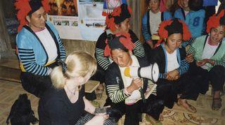 Kuvan Tupsupää-heimon naiset asuvat Vietnamissa, jossa olin Unicef-lähettiläänä kenttämatkalla vuonna 2000. Olen ollut 30v Unicefin hyvän tahdon lähettiläs ja saanut todeta monessa paikassa ympäri maailmaa, että Unicefin työ todella kantaa hedelmää. Järjestön avulla on parannettu erityisesti lasten, nuorten ja naisten asemaa merkittävällä tavalla. On upeaa nähdä, miten ruohonjuuritason työ todella auttaa kokonaisia kansakuntia kohti parempaa tulevaisuutta. Minun tehtäväni hyvän tahdon lähettiläänä on kertoa siitä, kuinka tärkeää ja toimivaa työtä Unicef tekee.