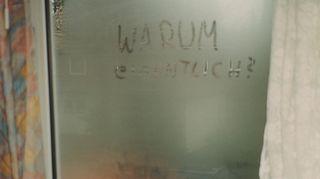 """Hampurilaisen hotellin ikkunalaudalla oleva nalle on matkustanut paljon sekä minun että muiden ihmisten kanssa. Hän on käynyt Hawajilla, Etelä-Amerikan sademetsissä jne.  Jos asun vaikka Turussa kaksi kuukautta hotellissa ohjaustyön takia, niin tulisin hulluksi, ellen saisi seurustella jonkun järkevän henkilön kuten nalleni kanssa. Ikkunaan kirjoitettu """"Warum eigentlich"""" ja koko tämä kuva edustavat elämän vaatimattomia peruskuvia ja – kysymyksiä."""