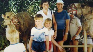 Sonjalla on vahva perheyhteys. Äiti, isä, Sonja ja kaksi veljeä kamelisafarilla.