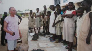 Teemu Luoto opetti savitöitä Beninissä.