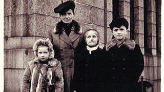 Fredin perhekuva Suomeen saavuttaessa.