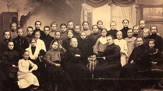 Luokkakuvan eturivissä istuu Katariina Lillqvistin isoisoäiti Helena Maria  Larsson