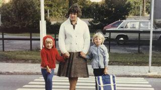 Katleena sinisen koululaukkunsa kanssa koulumatkalla ensimmäisenä koulupäivänään  syksyllä -82
