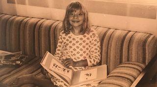 Katleena kotisohvalla noin 10-vuotiaana. Pikkuvanhaksi itseään kutsuva Katleena vietti paljon aikaa perheen kirjastossa.