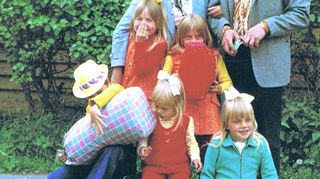 Auli, keltainen rusetti päässään, odottaa perheensä ja äidin parhaan ystävän pojan kanssa junaa Jyväskylän asemalla vuonna 1969 tai 1971.
