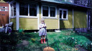 Auli Mantilan tytär kesämökin pihalla vuonna 2002.
