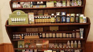Frantsilan yrttiesittelyhyllyssä on esittelyssä tilan tuottamia itsehoitotuotteita.