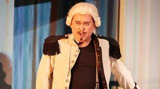 Kreivi Almaviva alias Lindoro alias laulunopettaja Don Alonso (Javier Camarena, tenori)
